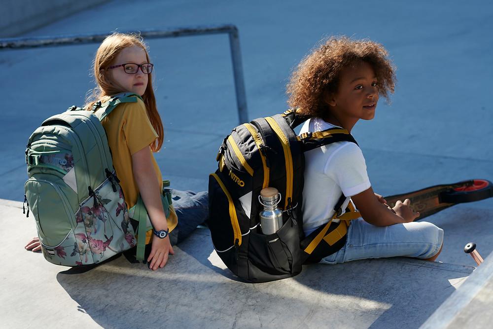 Kinder mit Schulrucksack SUPERHERO