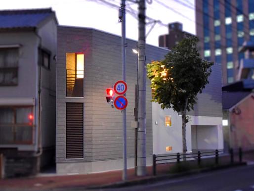 Light Fall House-街角の三角形の狭小敷地に建つ都市型住宅-