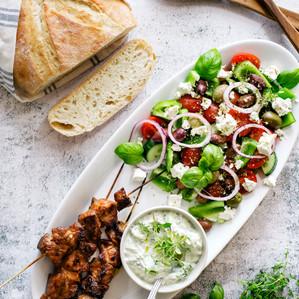 Grillspett med grekisk sallad
