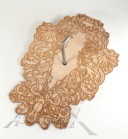 Plaque murale en bois gravée