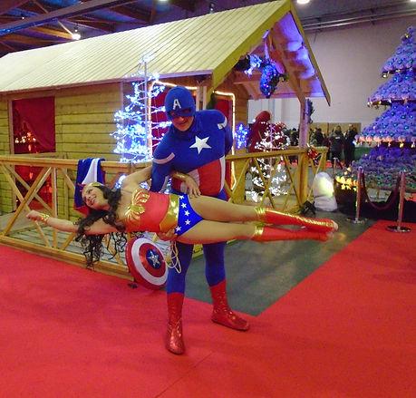 compagnie lomalamal, l'homme à la malle, événementiel, main main, portés acrobatiques, wonder woman, captain america, sophie damblin, stéphane asselborn