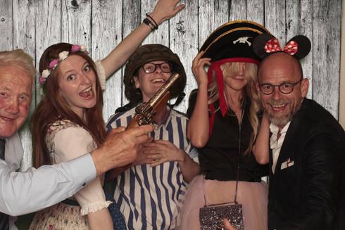 Szczęśliwa rodzina przy fotobudce