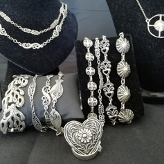 Colliers, bracelets, broches...