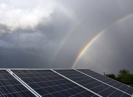 O funcionamento do sistema fotovoltaico em dias nublados ou chuvosos.