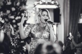 Molly Sanden sjunger på bröllop i Stockholm: Foto av Leon Jiber