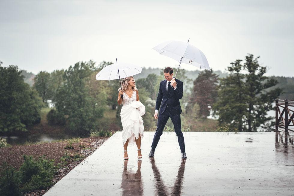 En vacker bröllopsbild i regn