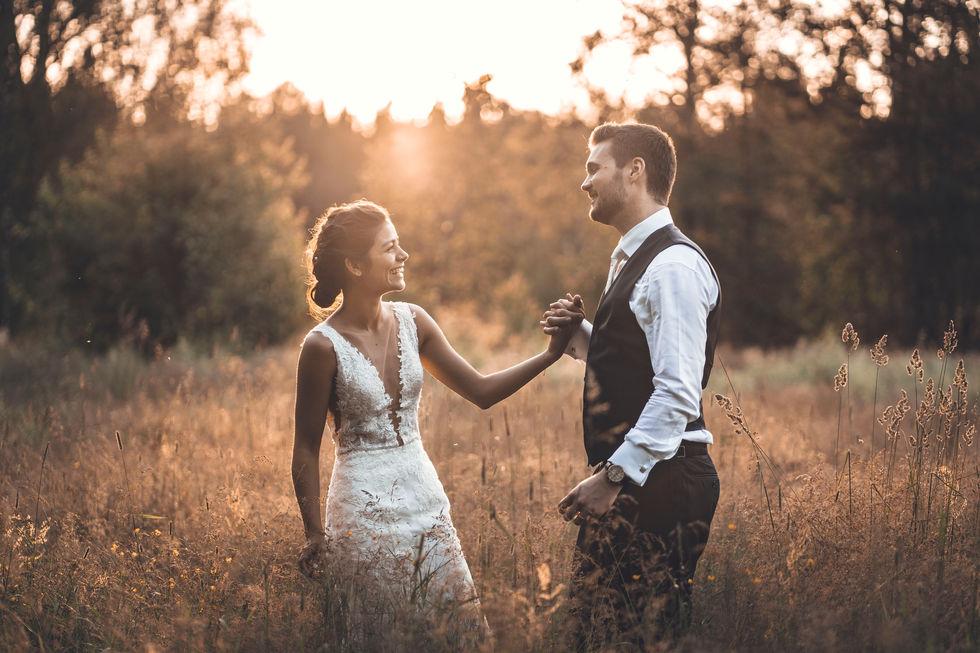 Bröllopspar under fantastisk solnedgång