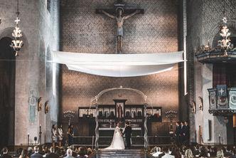 Bröllopspar viger sig i fantastisk kyrka
