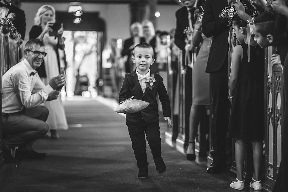 Barn i kyrkan   Foto av proffsig bröllopsfotograf Stockholm   Jiber Weddings