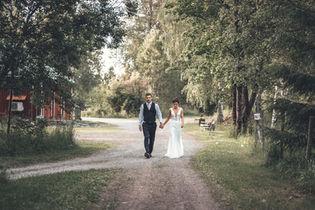 Vacker bröllopsbild på par i naturlig miljö av Leon Jiber
