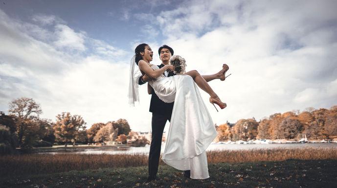 Vacker bröllopsbild på par från Djugården i Stockholm