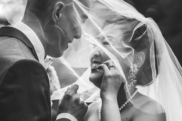 Vackert brudpar under brudslöja