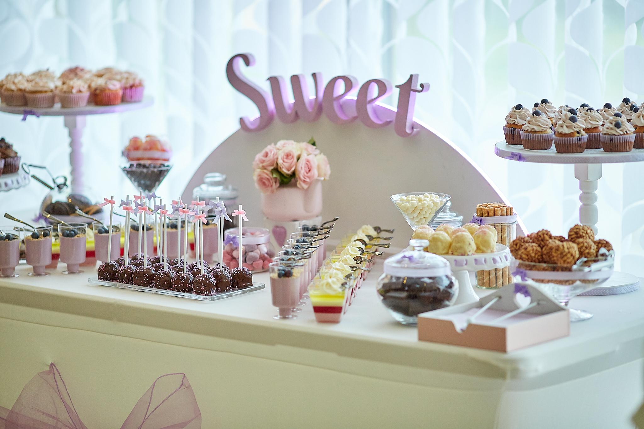 Candy Bar Slodki stol wesele siedlce milosc jest slodka babeczki atrakcja weselna 24