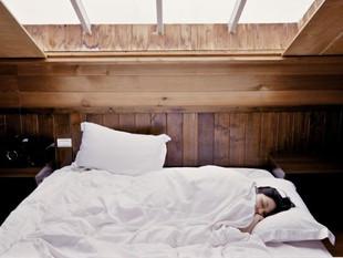 Dormir hasta tarde los fines de semana agravaría el dolor menstrual.