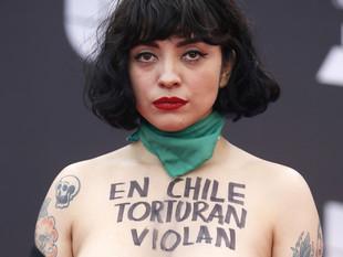 La cantante Mon Laferte muestra sus pechos en los Grammy Latinos para protestar contra la violencia