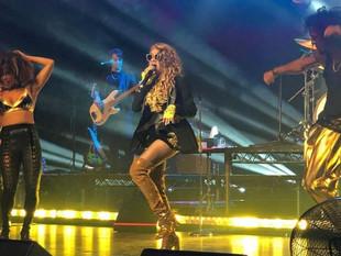 Paulina Rubio sufre caída durante concierto en EE.UU.