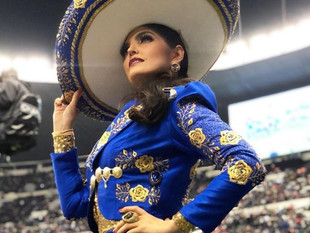 Ana Bárbara cambia el himno nacional mexicano en la NFL y Twitter se burla