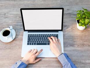 Coloca una planta pequeña en tu escritorio para reducir el estrés.