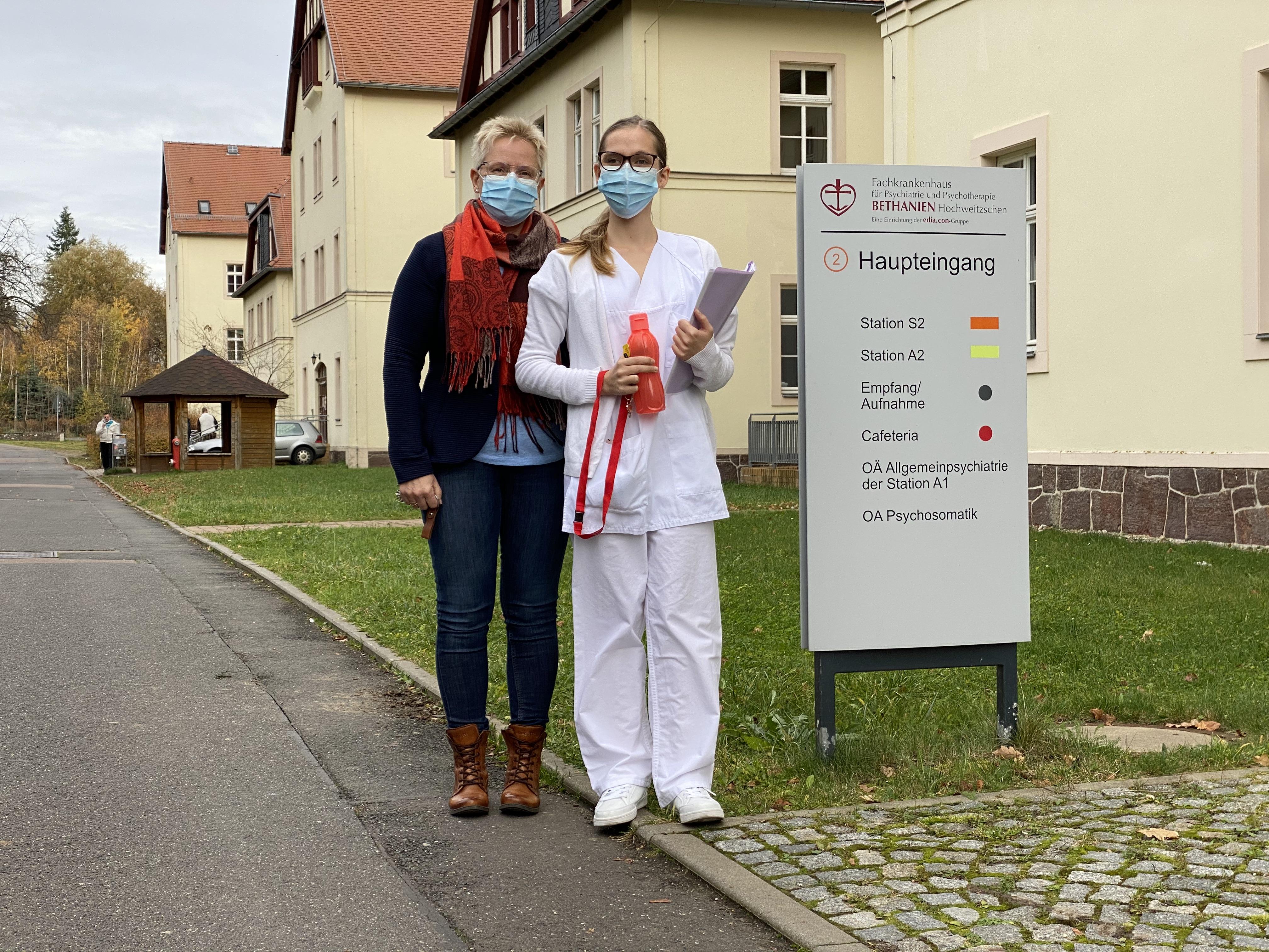2020 Erster Arbeitstag für Stephanie mit Pflegedirektorin Frau Hundrieser