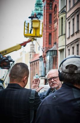 Jerzy Kędziora podczas montażu wystawy Ku równowadze