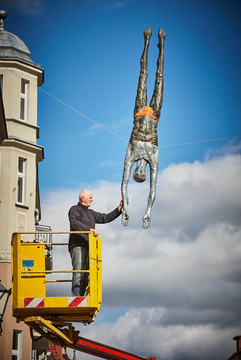 Montaż wystawy rzeźb balansujących Ku równowadze