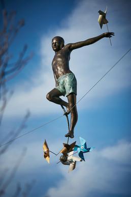Chłopiec z wiatraczkami