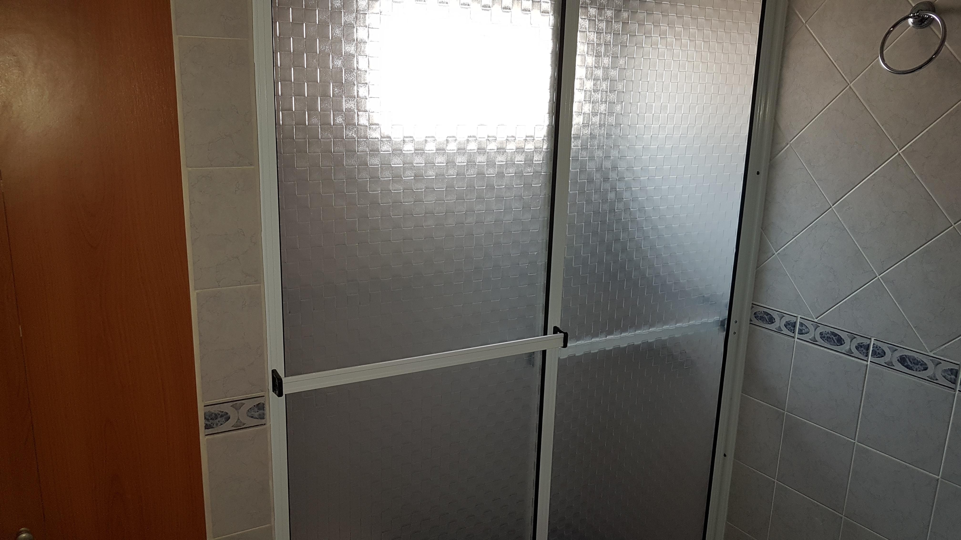 Mampara con marco de Aluminio