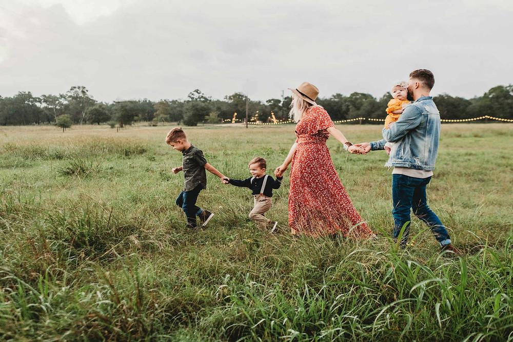 משפחה עם שלושה ילדים מטיילים ביחד