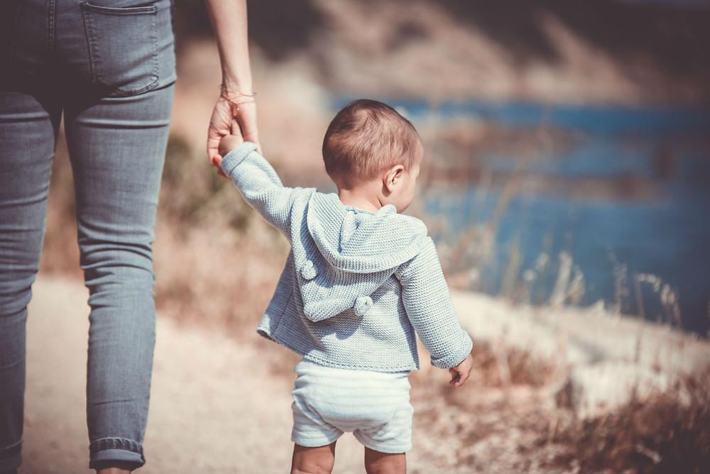 אמא אוחזת יד לילד בנחת