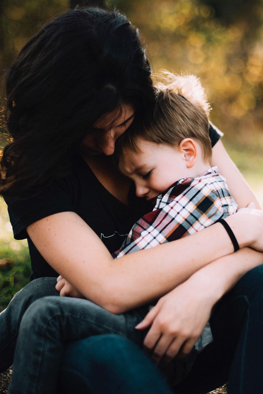 אמא מחבקת ילד. תקופה של גמילה מחיתולים