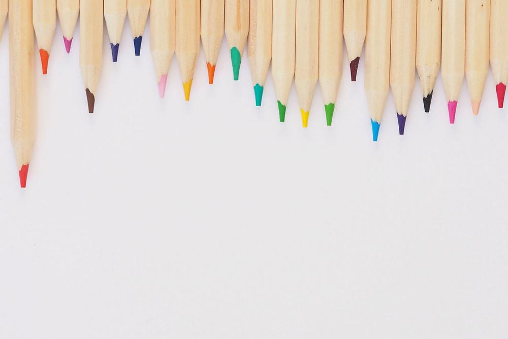 עפרונות צבעונים לא אחידים. חיים בין בית הספר לחינוך ביתי