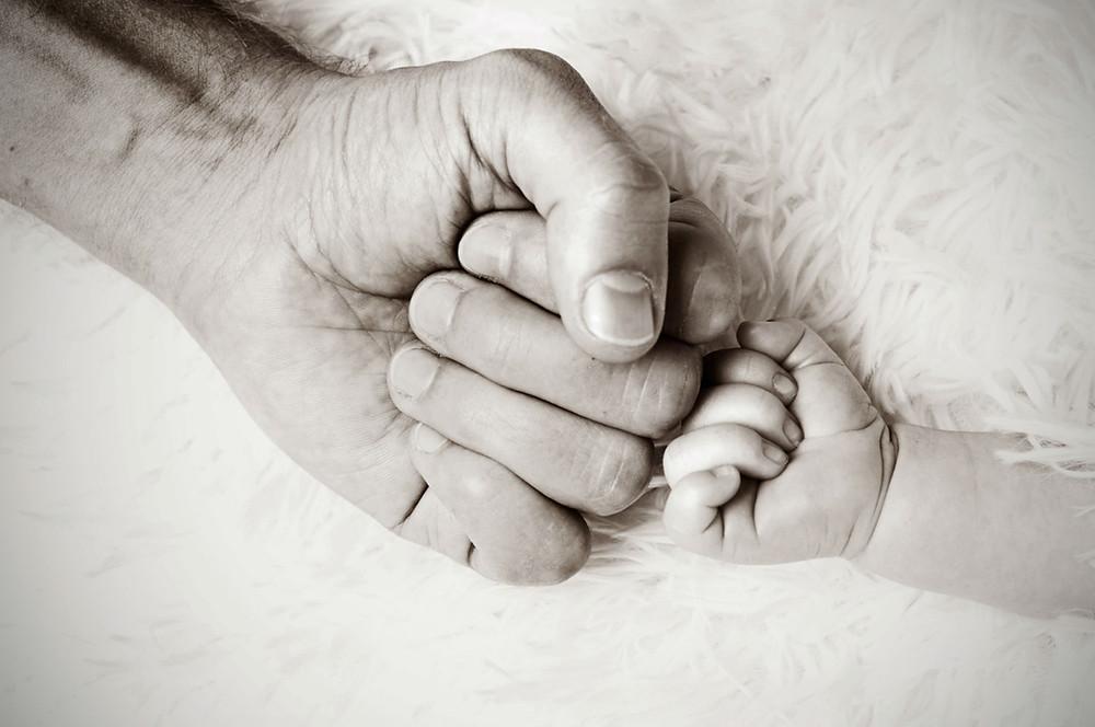 אבא ותינוק יוצרים קשר