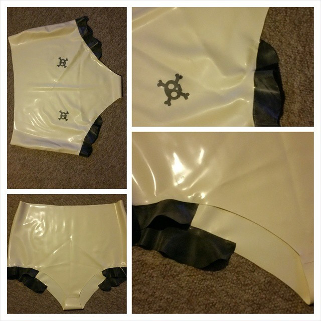 White latex skull hip frill knickers .jp