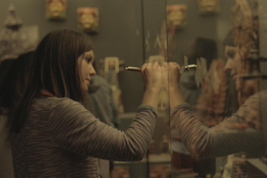 Teilnehmerin bescreibt eine Vitrine in der Dauerausstellung