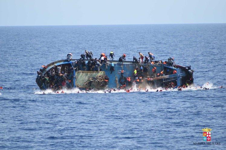 סירה טובעת מול חופי למדוזה. צילום: MARINA MILITARE