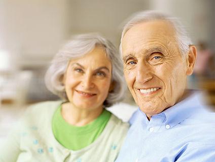 Sourire Couple aide senior salle de bains