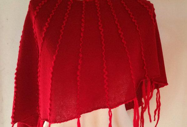 red knitted ainikki pelerine