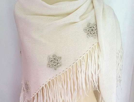 white knitted sotkatar scarf