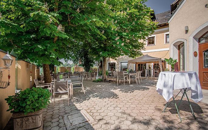 Pöchhacker - Gasthof. Gastgarten. Zimmer.