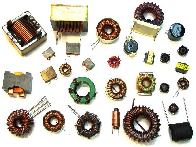 Разные катушки индуктивности. Обратите внимание на общность  конструкции – медный провод намотан на магнит, образуя катушку.