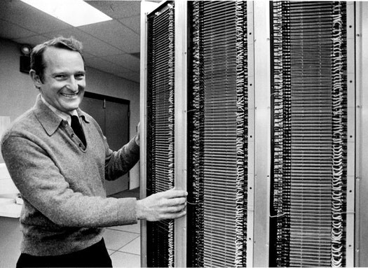 Сеймур Крэй рядом с его суперкомпьютером
