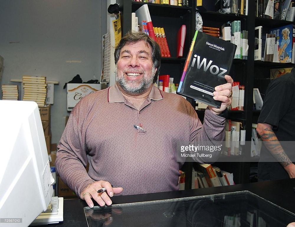 Воз, подписывающий экземпляры своей автобиографии «iWoz…»