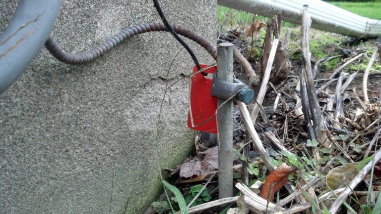 Заземляющий штырь. Подключите его к электропроводке дома и воткните в землю. Так вы получите заземление