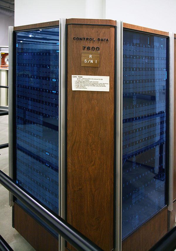 Суперкомпьютер CDC7600 со стеклянными дверями и отделкой из дерева грецкого ореха