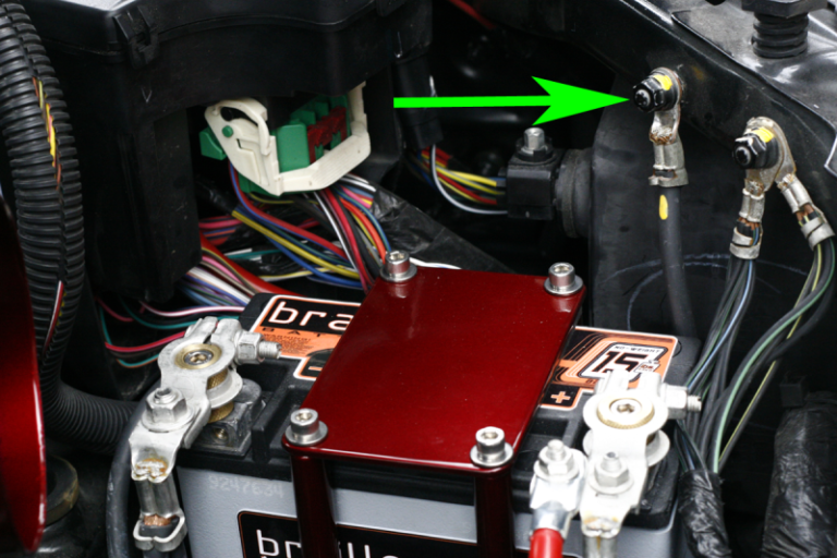 Минусовая клемма аккумулятора подключена к корпусу автомобиля.  Точка подключения определяет базисный узел всей электроники вашего автомобиля