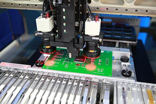 Автомат для размещения деталей быстро выполняет установку компонентов поверхностного монтажа на пустую плату