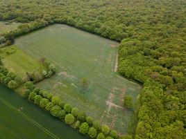 Photo par drone d'une parcelle cultivée et massif forestier en Touraine, près de Tours en Indre et Loire 37