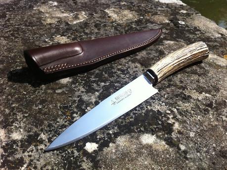 Couteau gaucho en son fourreau en cuir d