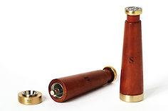 Paire de salière et poivrier argentins, réalisés en bois et bronze, avec système de piston vertical pour usage à une seule main.