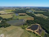 Photo par drone d'un territoire et etangs en Brenne, près de Châteauroux, Indre 36.